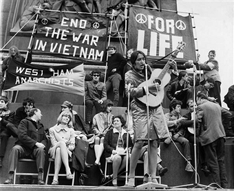 joan-baez-65-anti-vietnam-war-protest.png - 71.72 kb